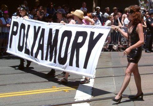 Manifestantes en Marcha de Orgullo Poliamoroso en San Francisco, EE.UU.
